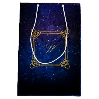 Monograma cuadrado moderno en galaxia azul bolsa de regalo mediana