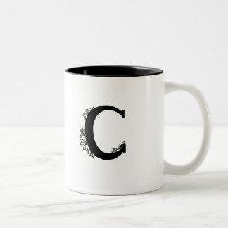 Monograma de C en la taza del jardín