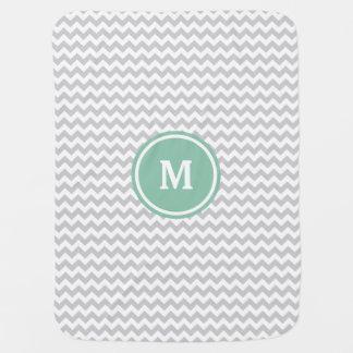 Monograma gris de Chevron Mantas De Bebé