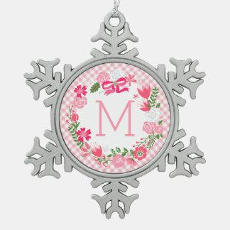 Monograma personalizado guirnalda floral rosada adorno de peltre en forma de copo de nieve