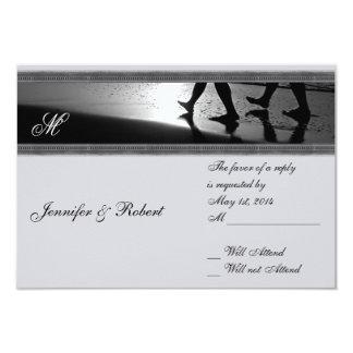 Monograma romántico del paseo en el gris de plata invitación 8,9 x 12,7 cm