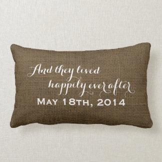 Monograma rústico del boda de la arpillera feliz cojín lumbar