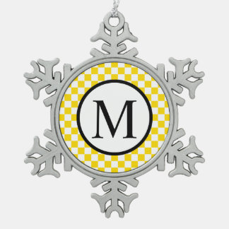 Monograma simple con el tablero de damas amarillo adorno de peltre en forma de copo de nieve