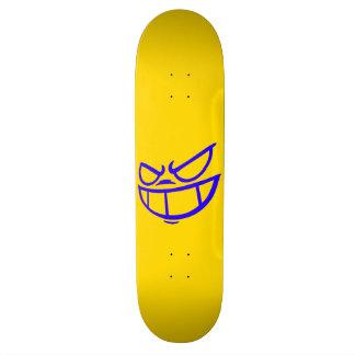 Monopatín azul y amarillo de la marca fantasma de