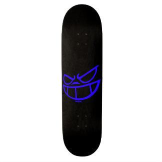 Monopatín azul y negro de la marca fantasma de