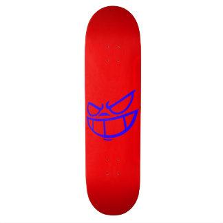 Monopatín azul y rojo de la marca fantasma de