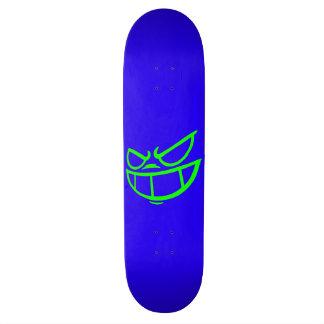 Monopatín azul y verde de la marca fantasma de