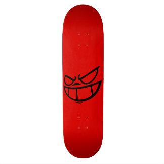 Monopatín negro y rojo de la marca fantasma de