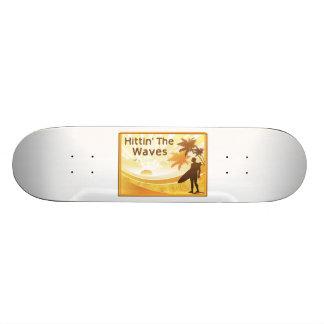 Monopatín Personalizado Hittin la persona que practica surf de las ondas