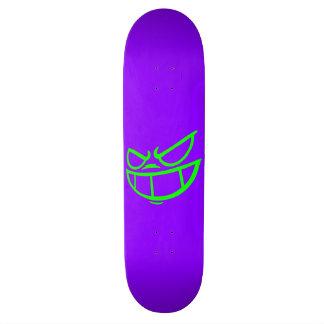 Monopatín púrpura y verde de la marca fantasma de