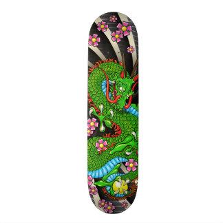 Monopatín verde del tatuaje del dragón de la flor