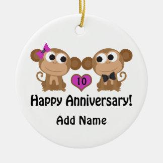 Monos felices del aniversario adorno redondo de cerámica