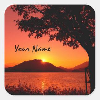 Montaña anaranjada tranquila hermosa del lago pegatina cuadrada