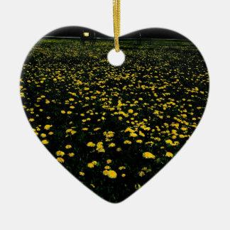 montaña de la flor del diente de león adorno navideño de cerámica en forma de corazón