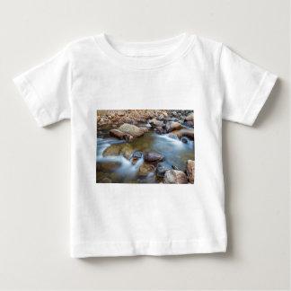 Montaña rocosa que fluye el sueño camiseta de bebé