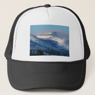 Montañas con nieve que sopla gorra de camionero