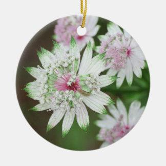 Montañas de la flor salvaje adorno navideño redondo de cerámica