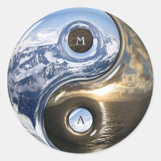 Montañas del mar de Yin Yang con su monograma Pegatina Redonda