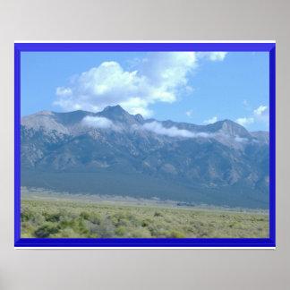 Montañas en el poster de las nubes póster