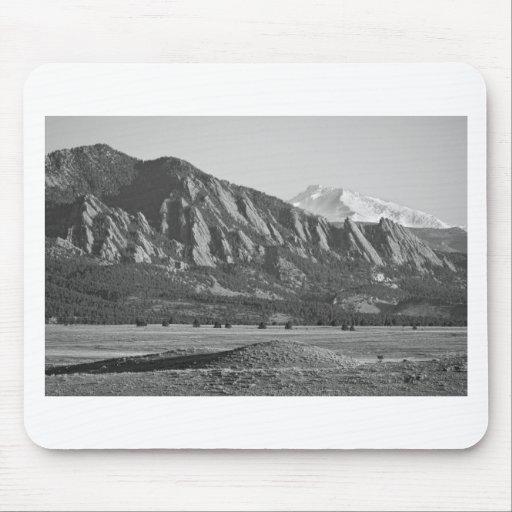 Montañas rocosas Flatirons de Colorado con la cubi Tapetes De Ratones
