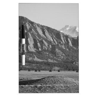 Montañas rocosas Flatirons de Colorado con la cubi Pizarras Blancas