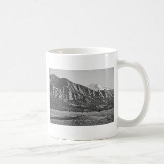 Montañas rocosas Flatirons de Colorado con la cubi Taza De Café