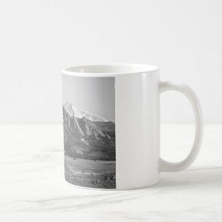 Montañas rocosas Flatirons de Colorado con la cubi Tazas