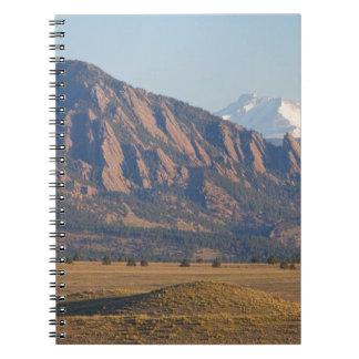 Montañas rocosas Flatirons de Colorado con la ense Libreta