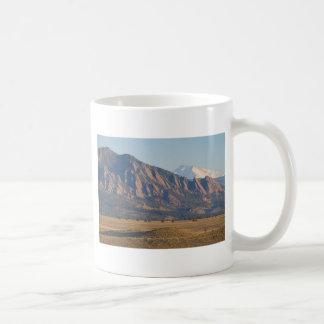 Montañas rocosas Flatirons de Colorado con la ense Taza