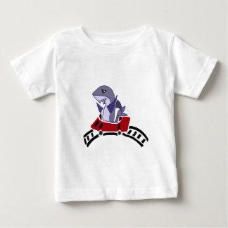 Montar a caballo del tiburón de la diversión en la camiseta de bebé
