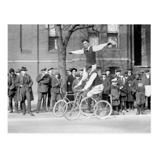 Montar a caballo del truco de la bicicleta, los añ postales