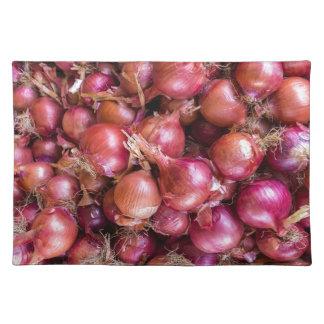 Montón de cebollas rojas en mercado salvamanteles