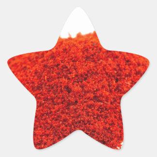 Montón del polvo de la paprika en el fondo blanco pegatina en forma de estrella
