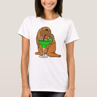 Morsa divertida que bebe el arte de Margarita Camiseta