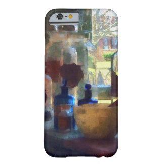 Mortero, maja y botellas por la ventana funda de iPhone 6 barely there
