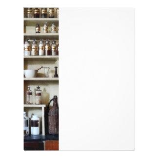 Mortero y maja y botellas en estantes folleto 21,6 x 28 cm