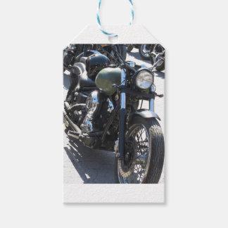 Moto en el estacionamiento. Al aire libre forma de Etiquetas Para Regalos