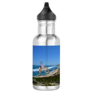 Moto que monta encima del acantilado, botella de