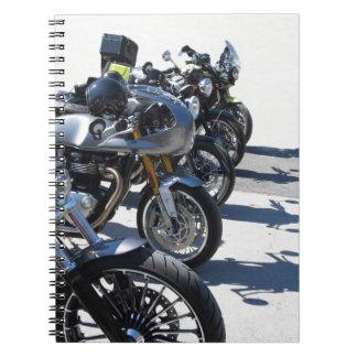 Motocicletas parqueadas en fila en el asfalto cuaderno