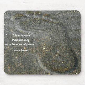 Mousepad con huella en arena negra