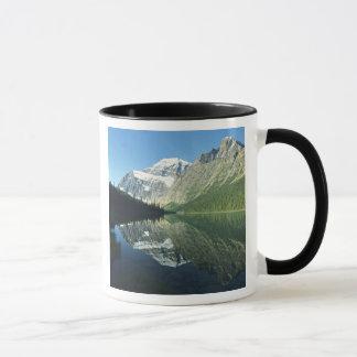 Mt Edith Cavell en el lago Cavell, nacional del Taza