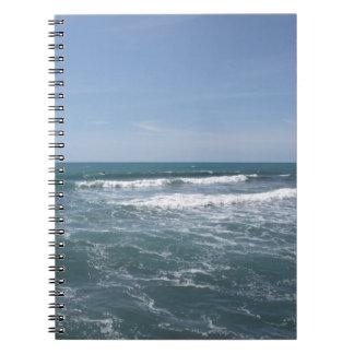 Mucha gente que practica surf en las tablas cuaderno