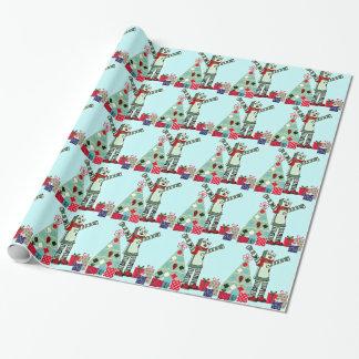 Muchacho, árbol, y regalos en colores pastel del papel de regalo