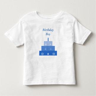 Muchacho del cumpleaños, camisa azul de la torta