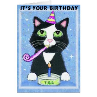 Muchacho del cumpleaños con la tarjeta de