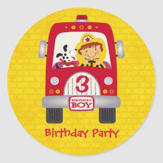 Muchacho del cumpleaños del coche de bomberos etiqueta redonda