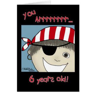 Muchacho del pirata seis años tarjeta de felicitación