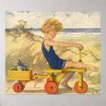 Muchacho del vintage que juega en la playa con los poster