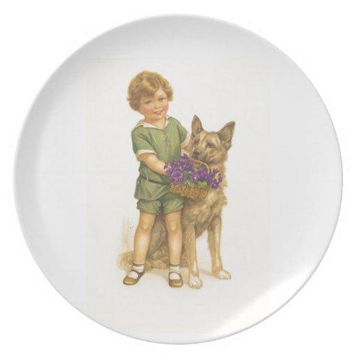 Muchacho del vintage y placa del perro plato de cena