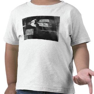 Muchacho en mantón de rezo durante Año Nuevo judío Camiseta